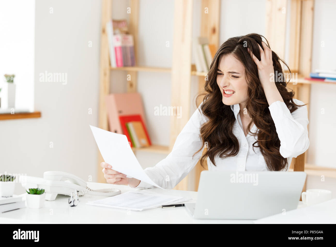 Inquiet a souligné enfoncée office worker business woman. À la recherche désespérée et confus. Des mesures disciplinaires et de licenciement.Getting fired.Les problèmes au travail Photo Stock