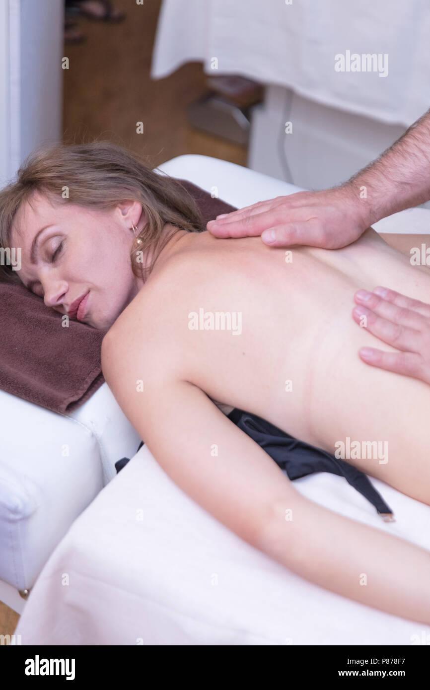 Femme de Spa. Femme bénéficiant d'un massage relaxant du dos en cosmétologie centre de spa. Soins du corps, soins de la peau, bien-être, bien-être, soin de beauté concept. Photo Stock