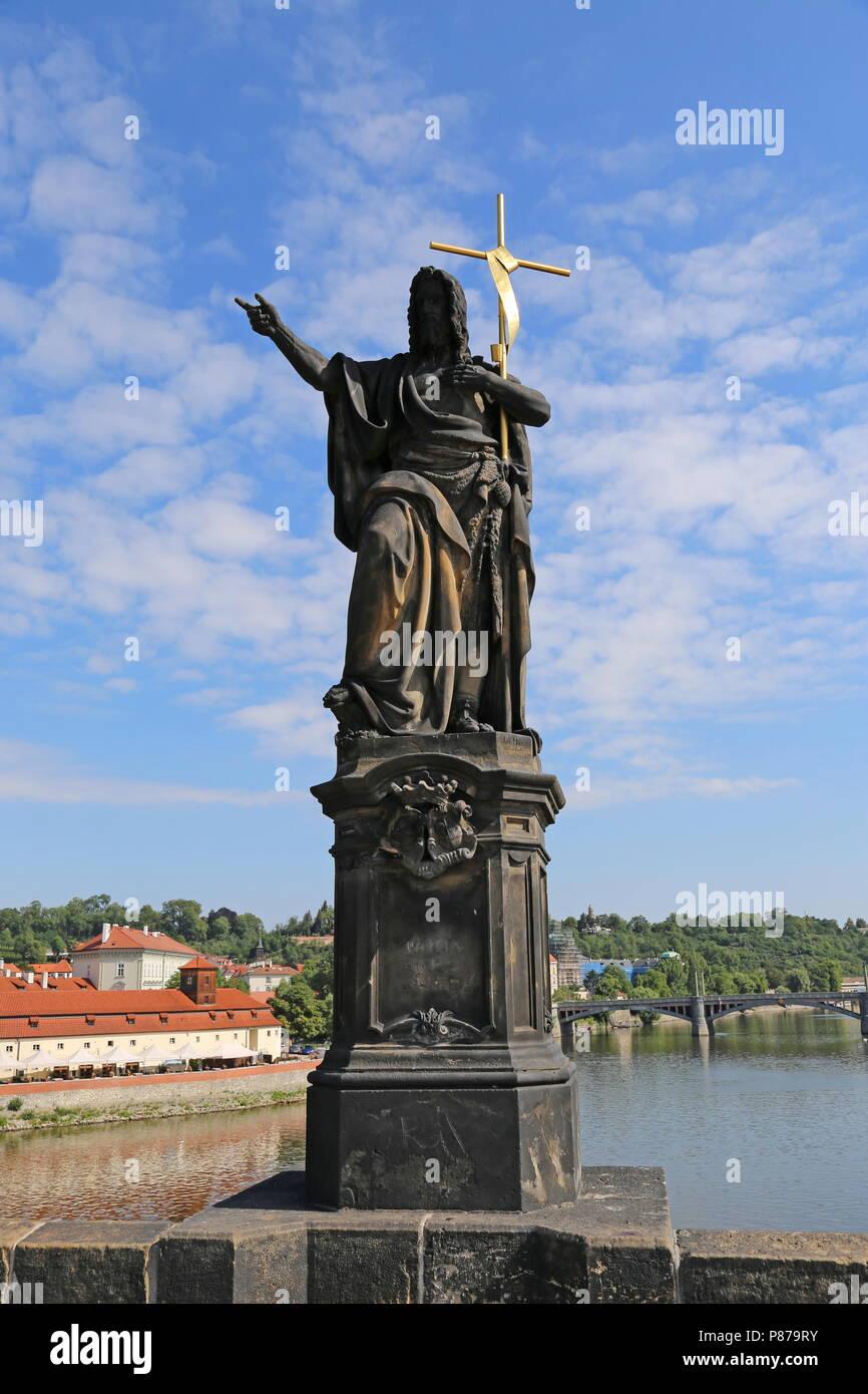 Statue de St Jean Baptiste, le Pont Charles, Prague, Tchéquie (République tchèque), de l'Europe Photo Stock