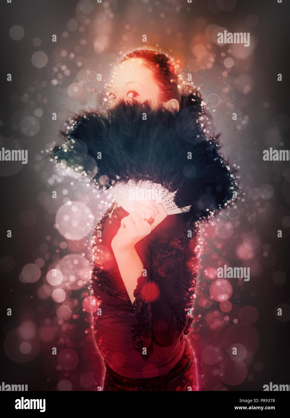 Amélioration de l'image numérique d'une jeune adolescente gothique se cacher derrière un ventilateur à plumes noir - Autorisation Modèle disponible Photo Stock