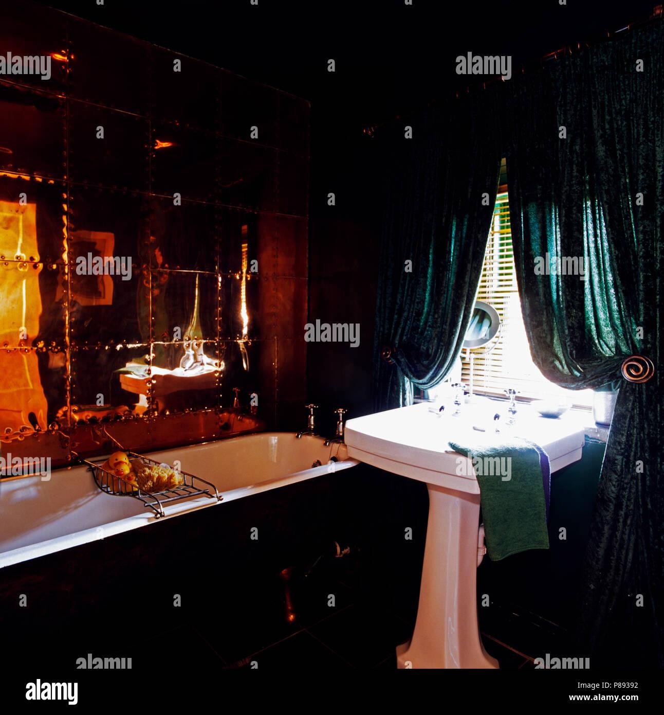 Miroir Mural Au Dessus De Baignoire Dans Salle De Bains Noir Avec Des  Rideaux Vert Foncé Au Dessus Du Bassin Blanc