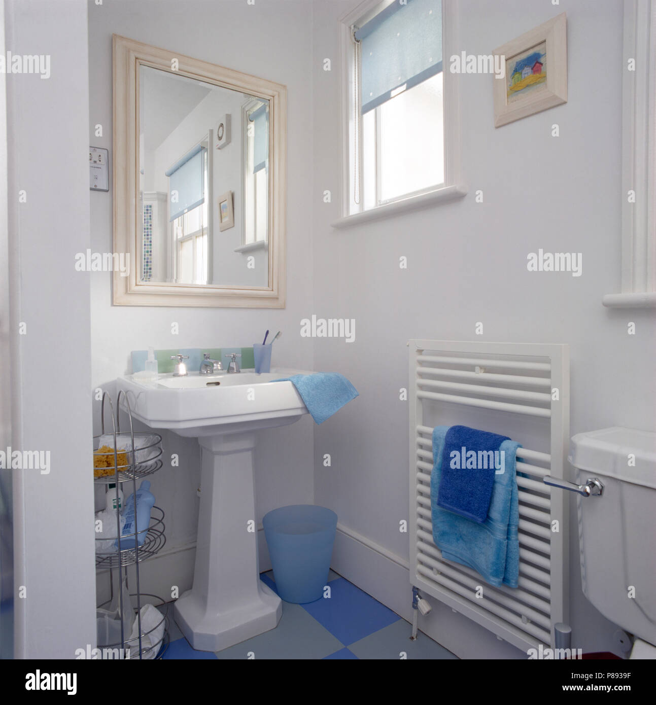 Miroir peint crème au-dessus d\'un bassin, dans une petite ...