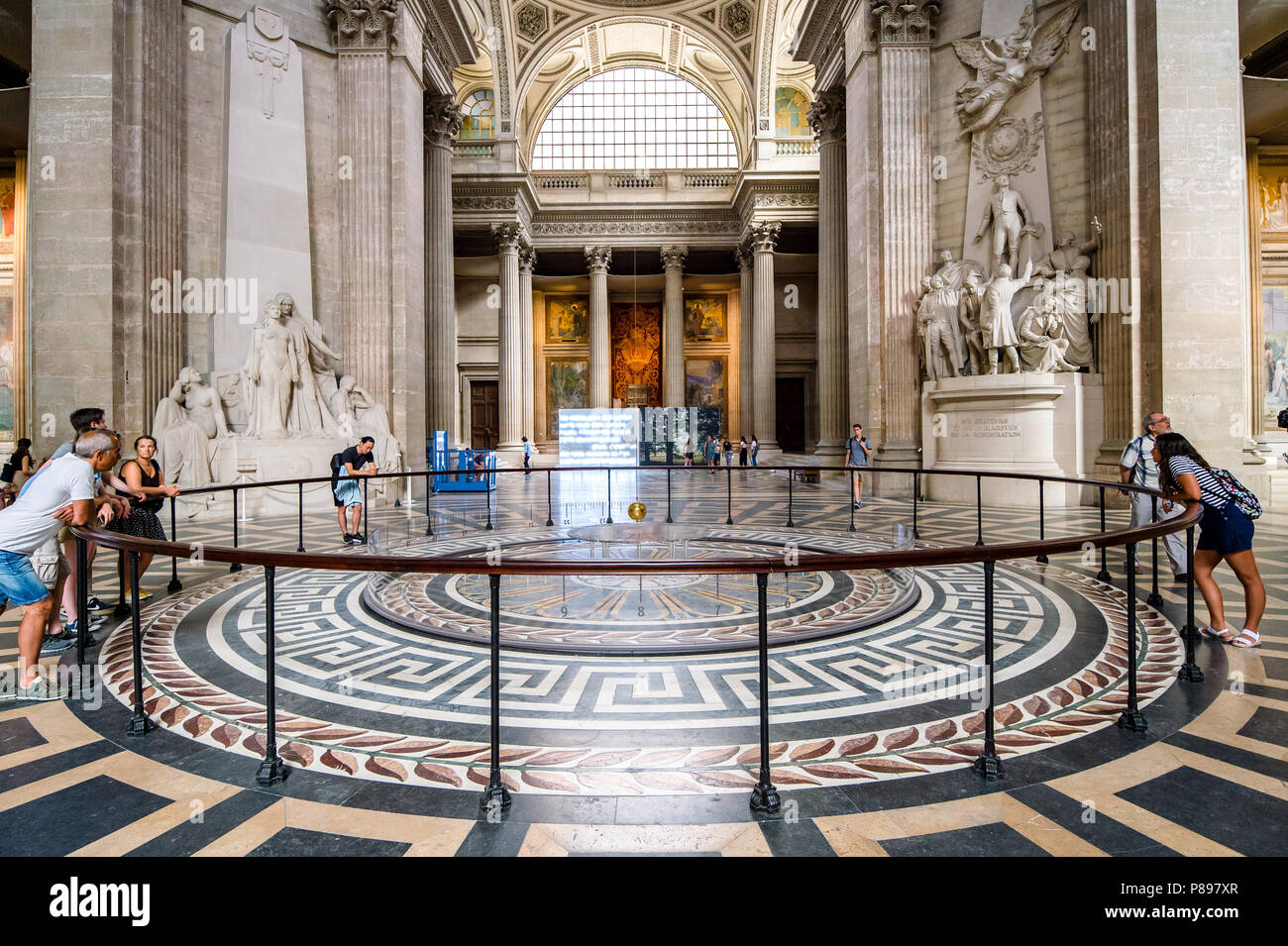 Le Pendule De Foucault Sous La Coupole Centrale Du Pantheon A Paris France Photo Stock Alamy