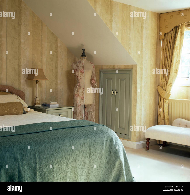 Papier Peint Chambre Mansardée papier peint neutre dans une chambre mansardée avec un