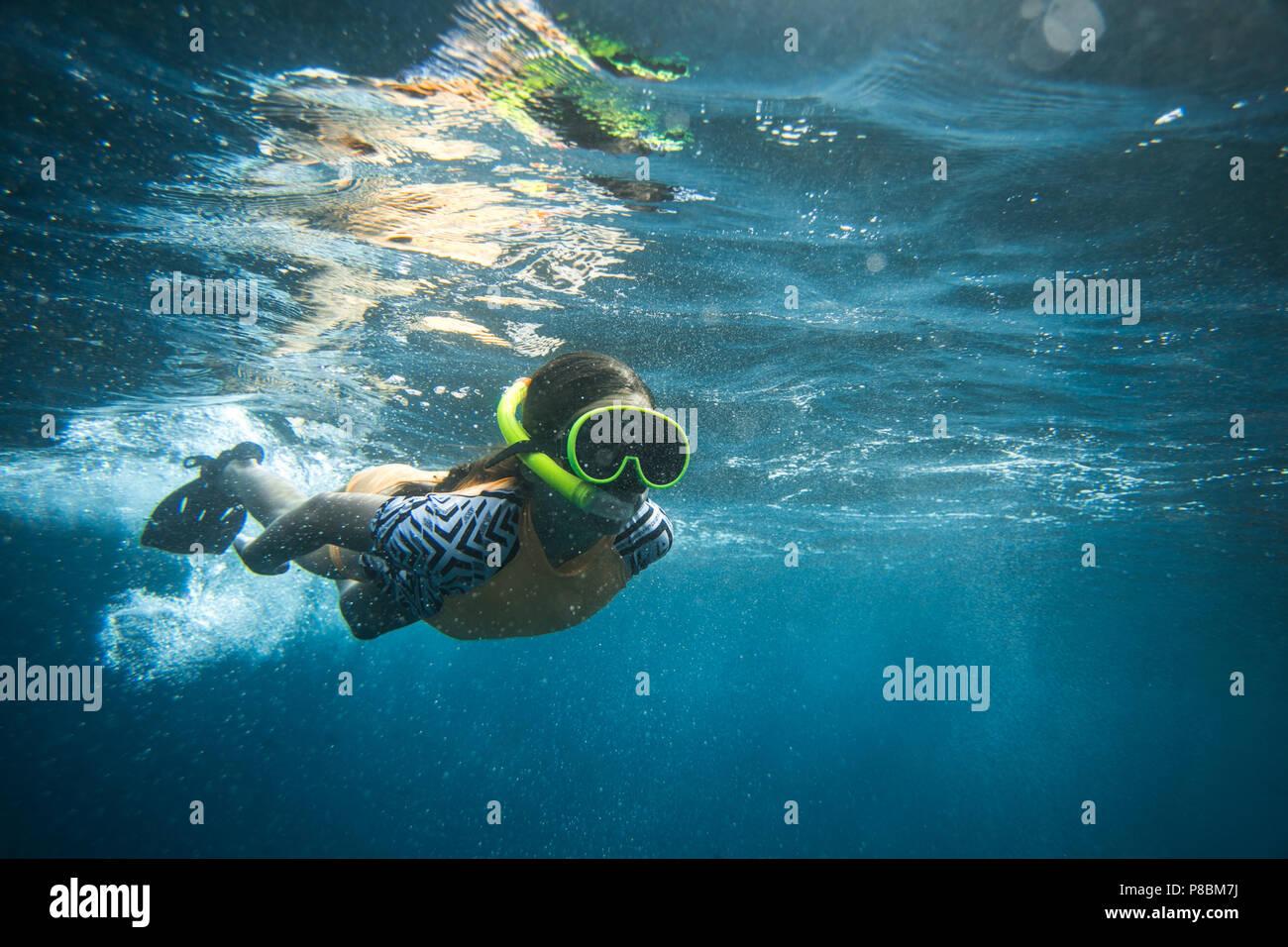 La photo d'une femme sous-marine plongée en masque et tuba plongée seul dans ocean Photo Stock