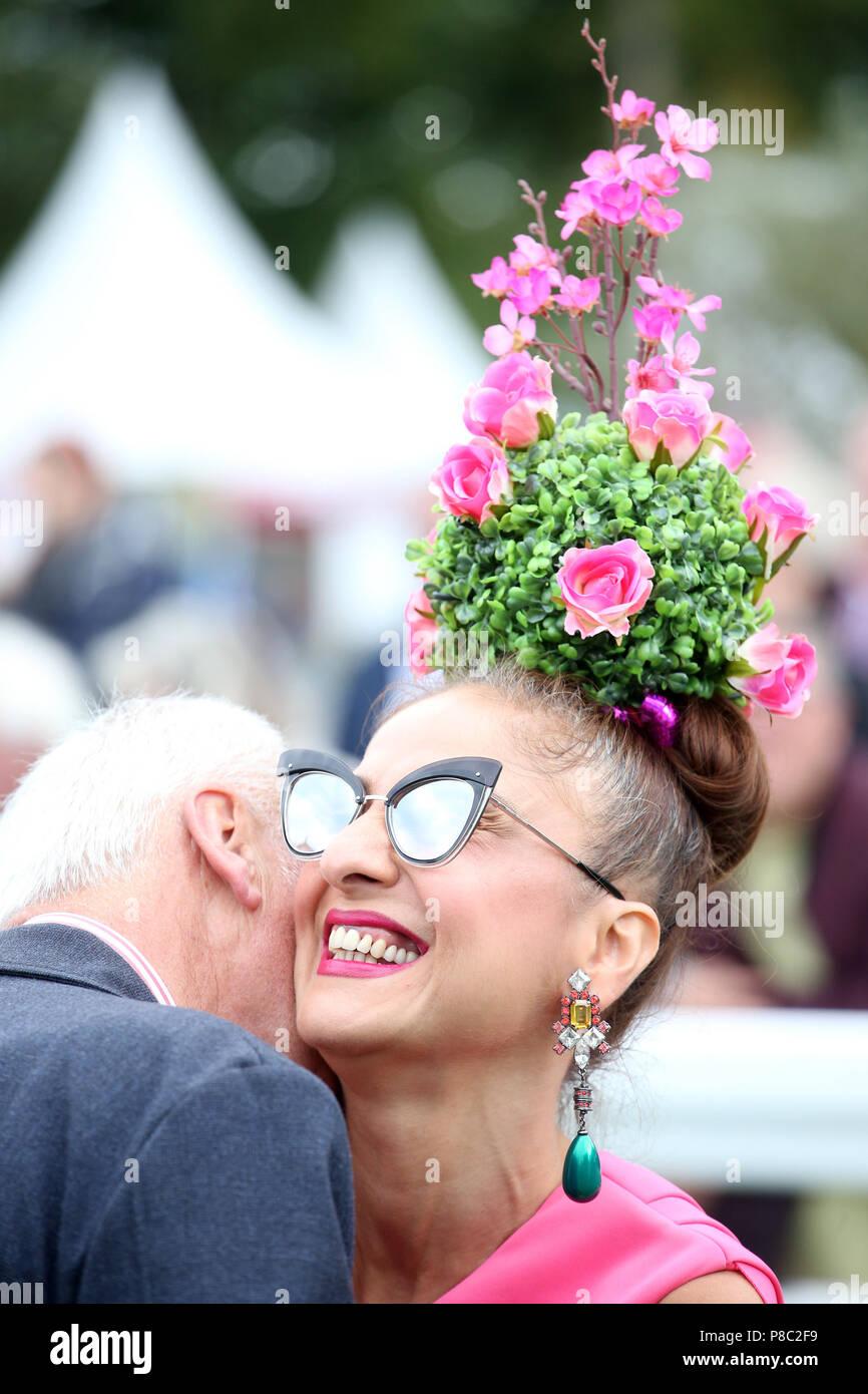 ad5094ac2cdfb8 Chantilly, France, femme avec un chapeau et des lunettes est d être  embrassé par un homme