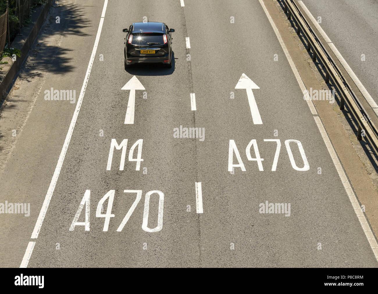 Le marquage routier sur l'A470 à deux voies dans Taffs bien à la périphérie de Cardiff, Pays de Galles. Le marquage des voies pour montrer l'autoroute M4 et à Cardiff Photo Stock