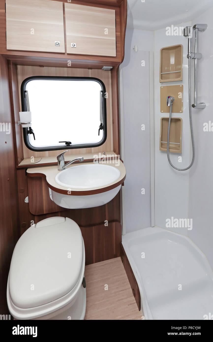 toilettes avec cabine de douche dans le camping car banque d 39 images photo stock 211726785 alamy