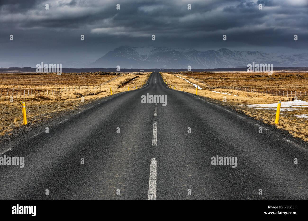 La route d'asphalte asphalte vide en Islande Banque D'Images