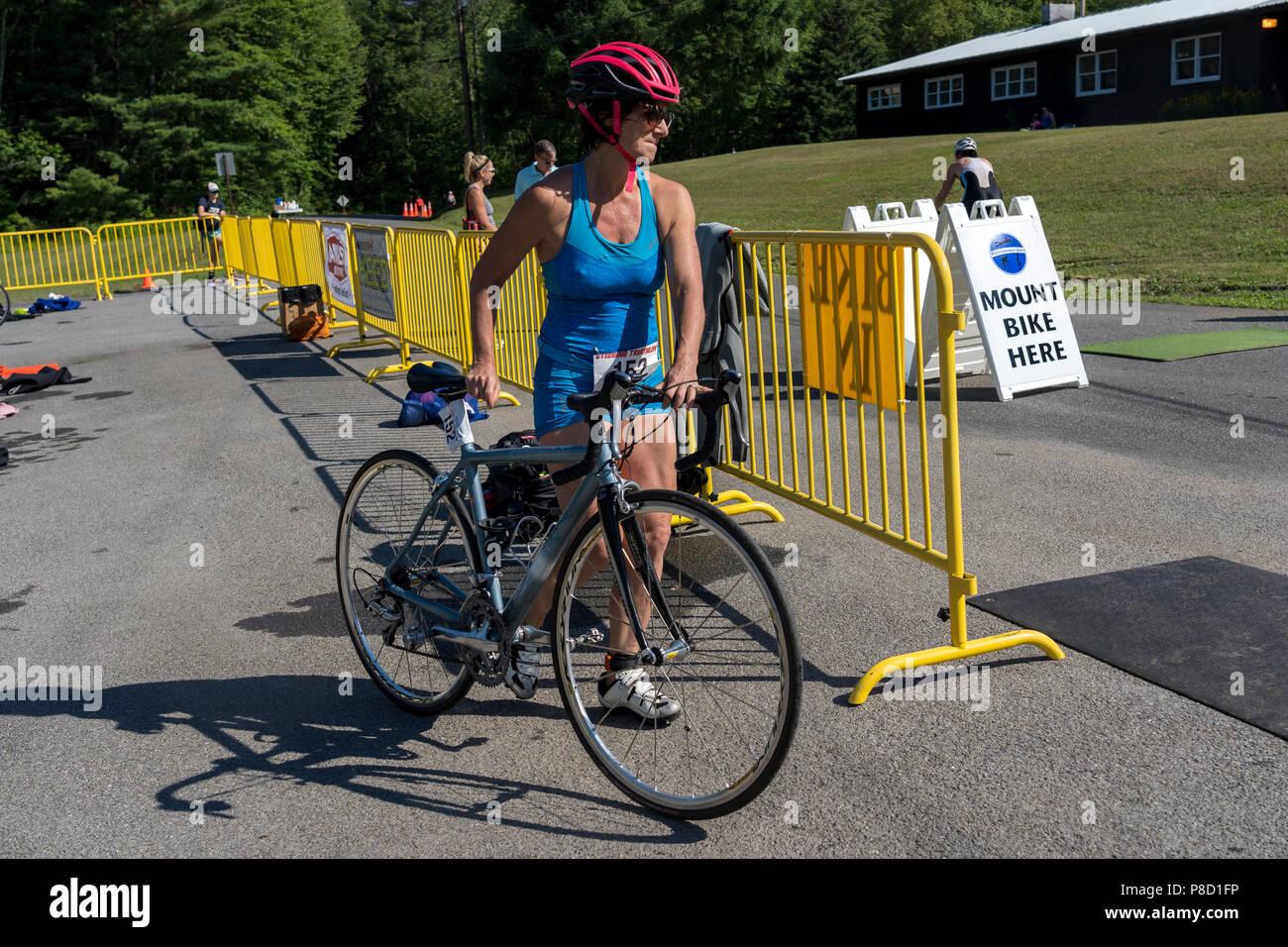 Melissa Anne Landau dans la compétition de cyclisme dans le Triathlon Stissing 2018 Photo Stock