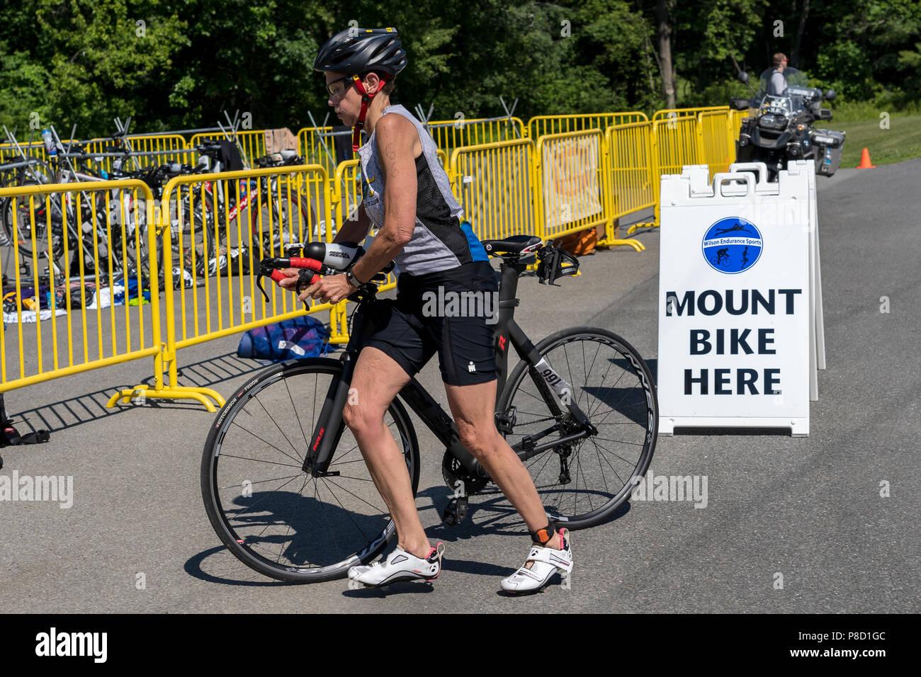 Kathleen Meany en compétition dans l'épreuve de cyclisme en 2018 le Triathlon Stissing Photo Stock