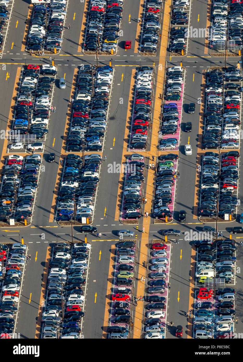 Vue aérienne, parking plein avec le marquage routier, Centre Commercial, Parc de la Ruhr, Bochum, Ruhr, Rhénanie du Nord-Westphalie, Allemagne Photo Stock
