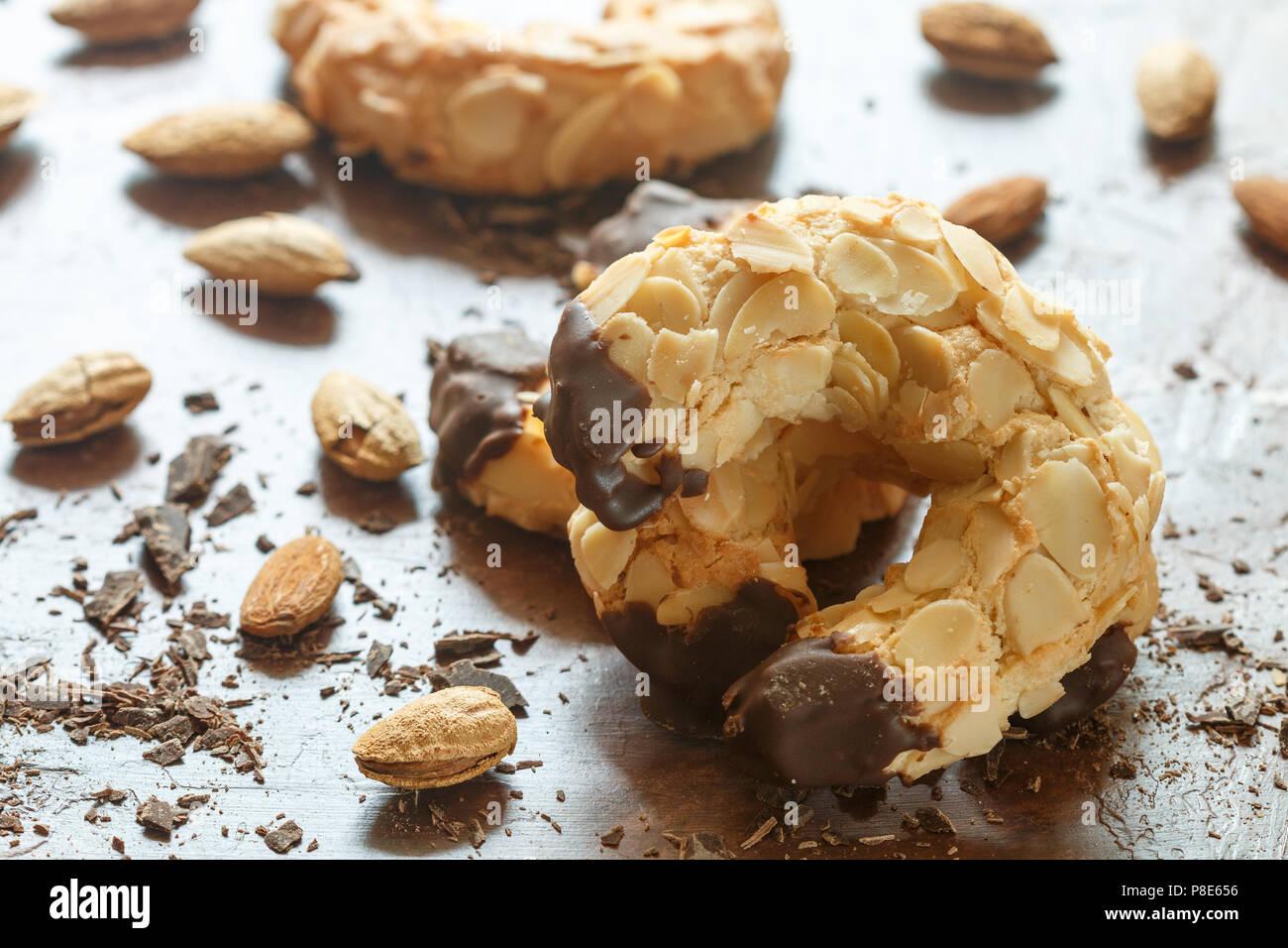 Sablés faits maison avec des amandes et chocolat. Dessert croustillant pour le thé et café. Selective focus Photo Stock