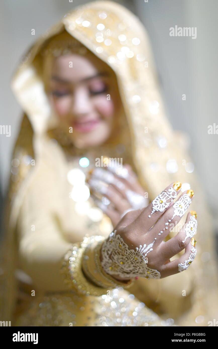 Belle Mariée la main de tatouage au henné, Mariage Cérémonie tradition indonésienne Photo Stock