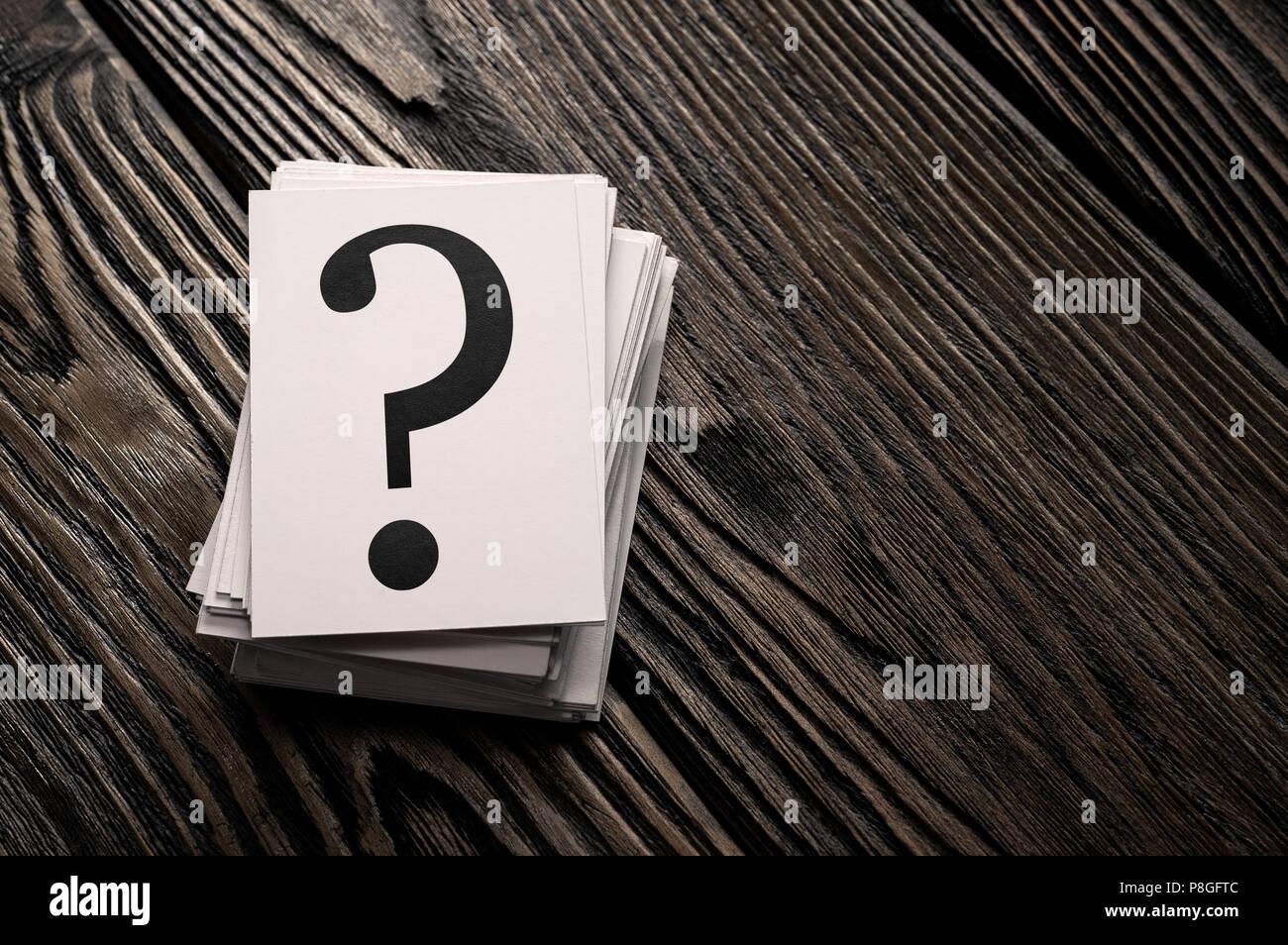 Pile de cartes d'interrogation sur la table en bois avec copie espace Photo Stock