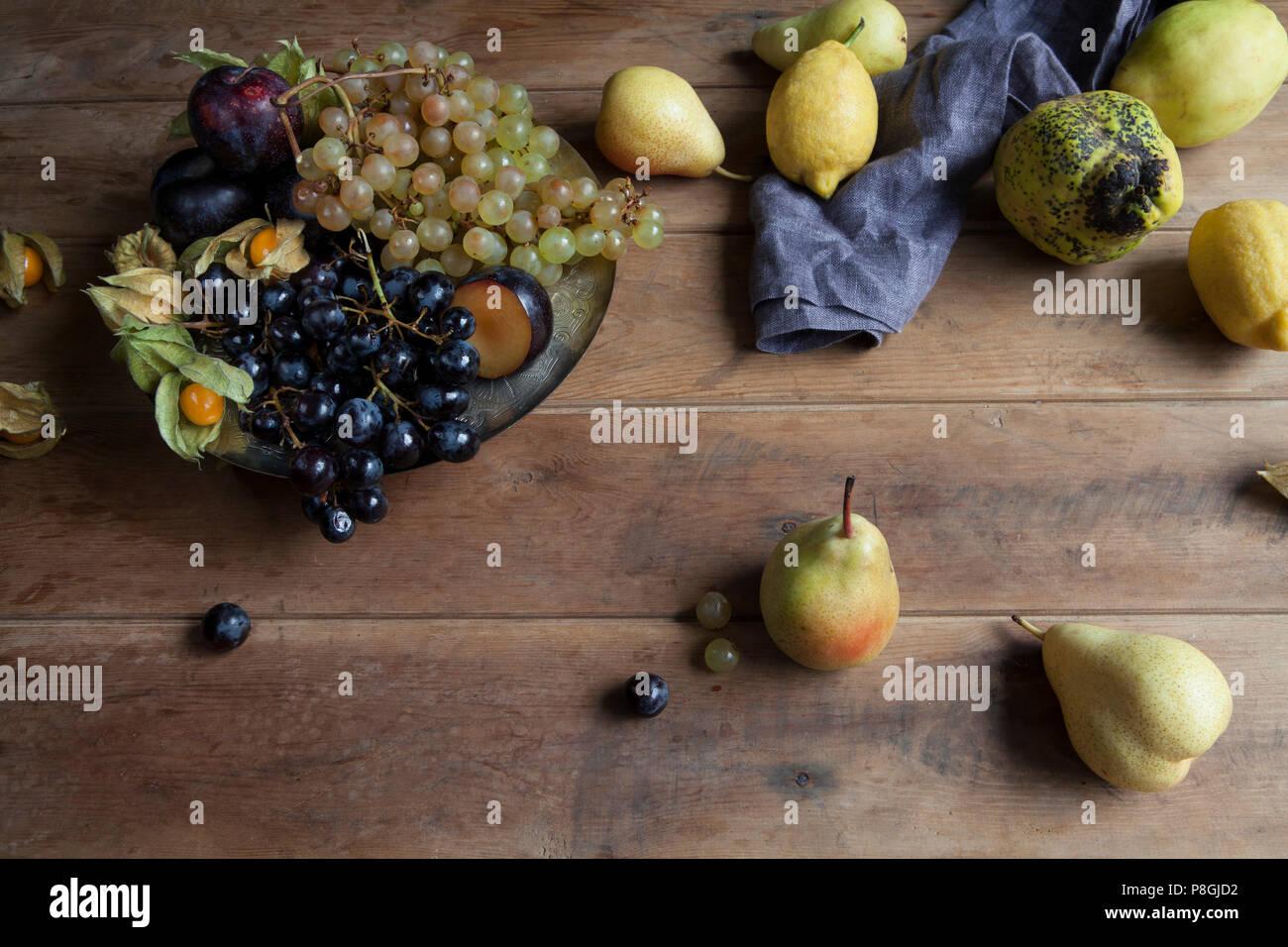 L'automne saison des fruits sur fond de bois rustique Banque D'Images