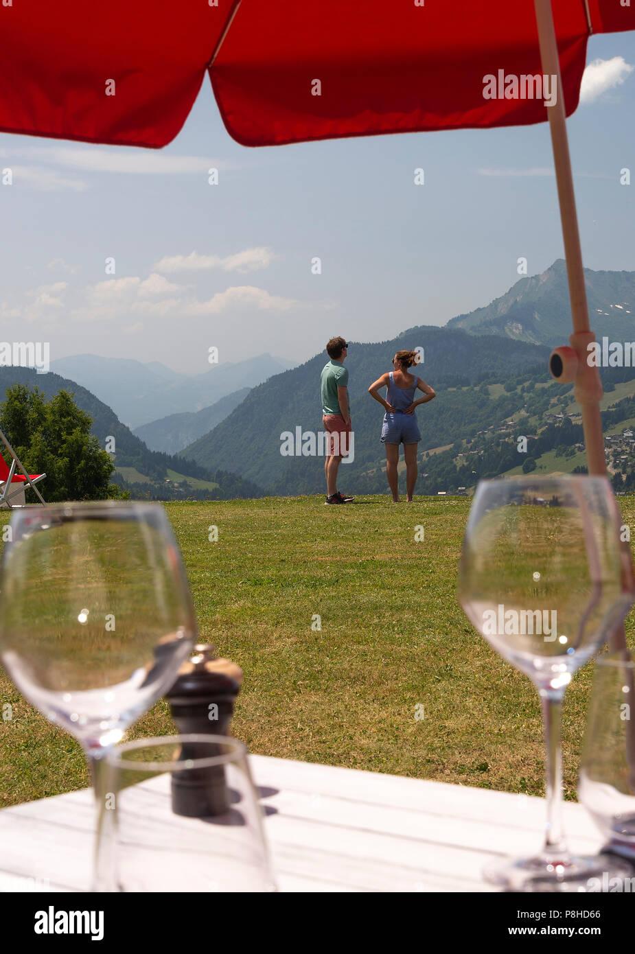 Un jeune couple appréciant la vue sur la montagne dans le ...