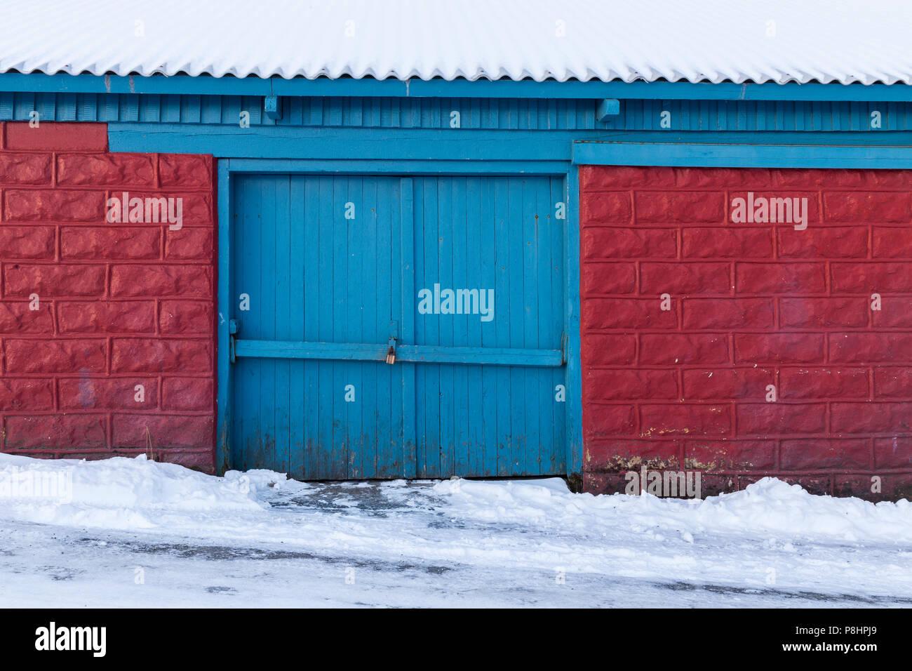 Vieux Portail En Bois portail fermé de vieux hangar en bois, briques rouges avec