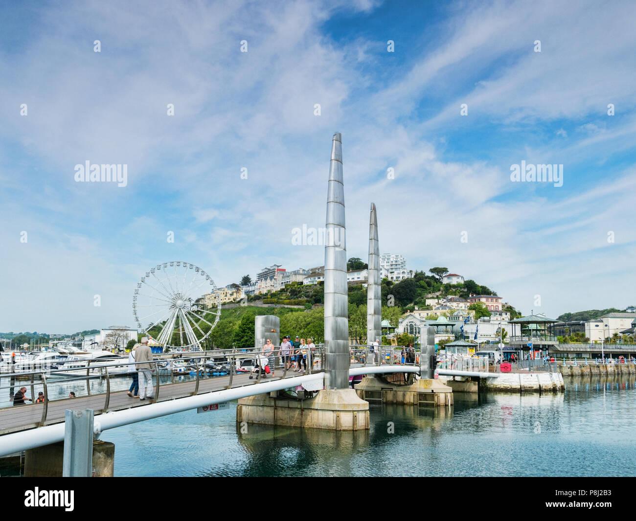 21 Mai 2018: Torquay, Devon, UK - La passerelle du millénaire et de l'English Riviera roue. Photo Stock