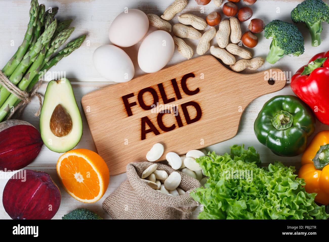 Les sources naturelles d'acide folique comme asperges, brocoli, oeufs, salade, avocat, de paprika, de noix, d'orange, de betterave et de haricots Photo Stock