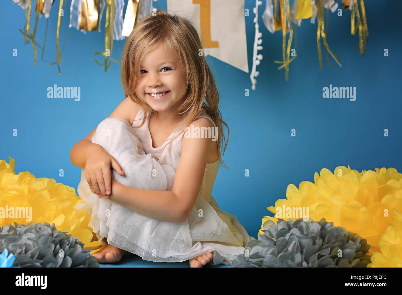8e6d8fcc34a59 Portrait of happy surpris petite fille en robe de princesse avec la bouche  ouverte et des