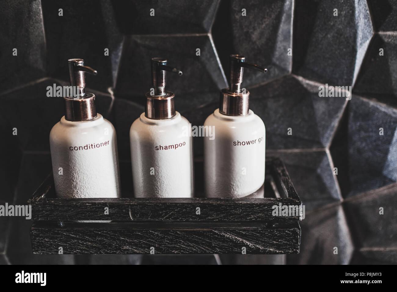 Metal Blanc Trois Bouteilles De Shampoing Gel Douche Sur Planche En