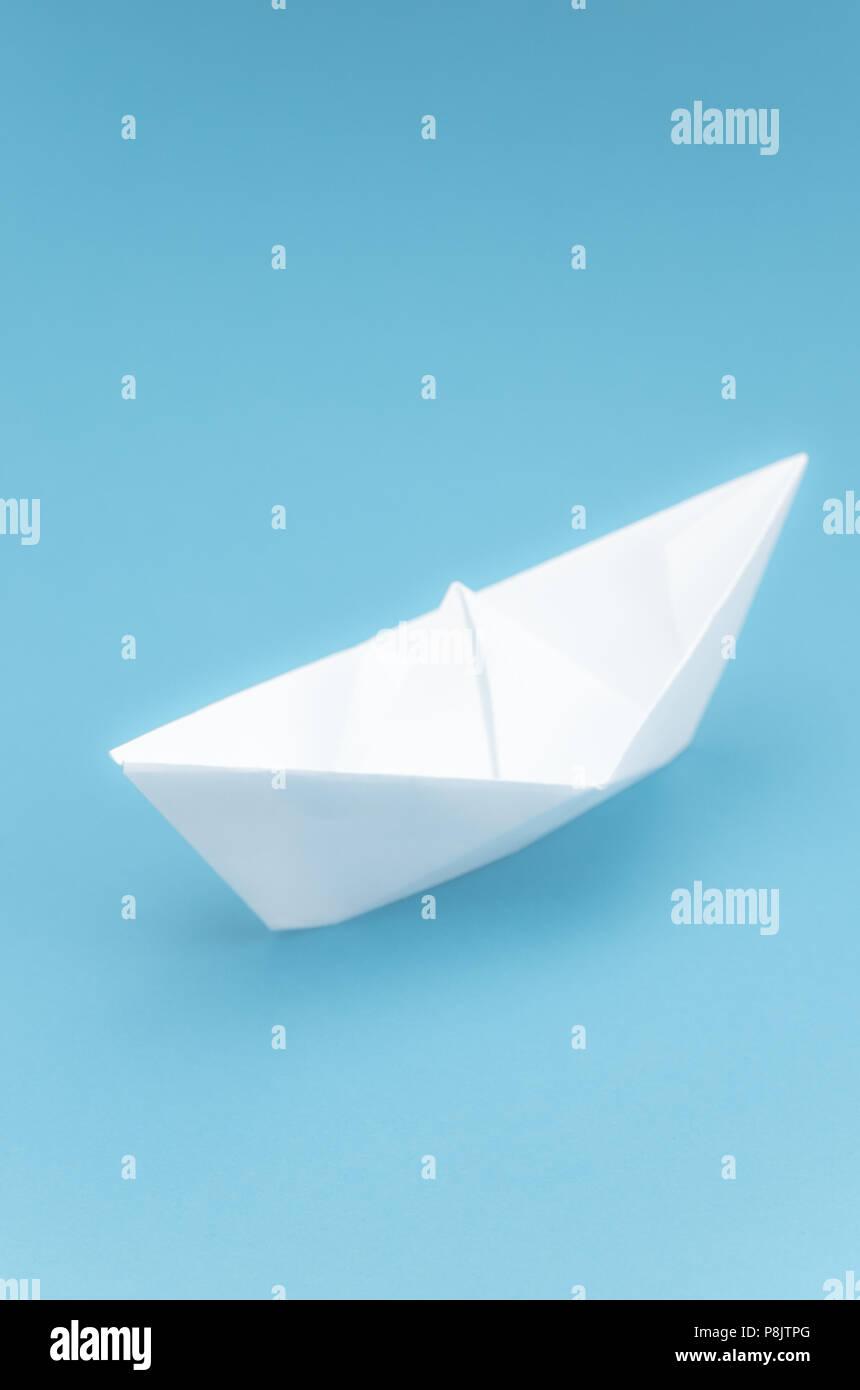 Origami Papier Blanc Bateau A Voile Sur Une Mer Bleue Photo Stock Alamy