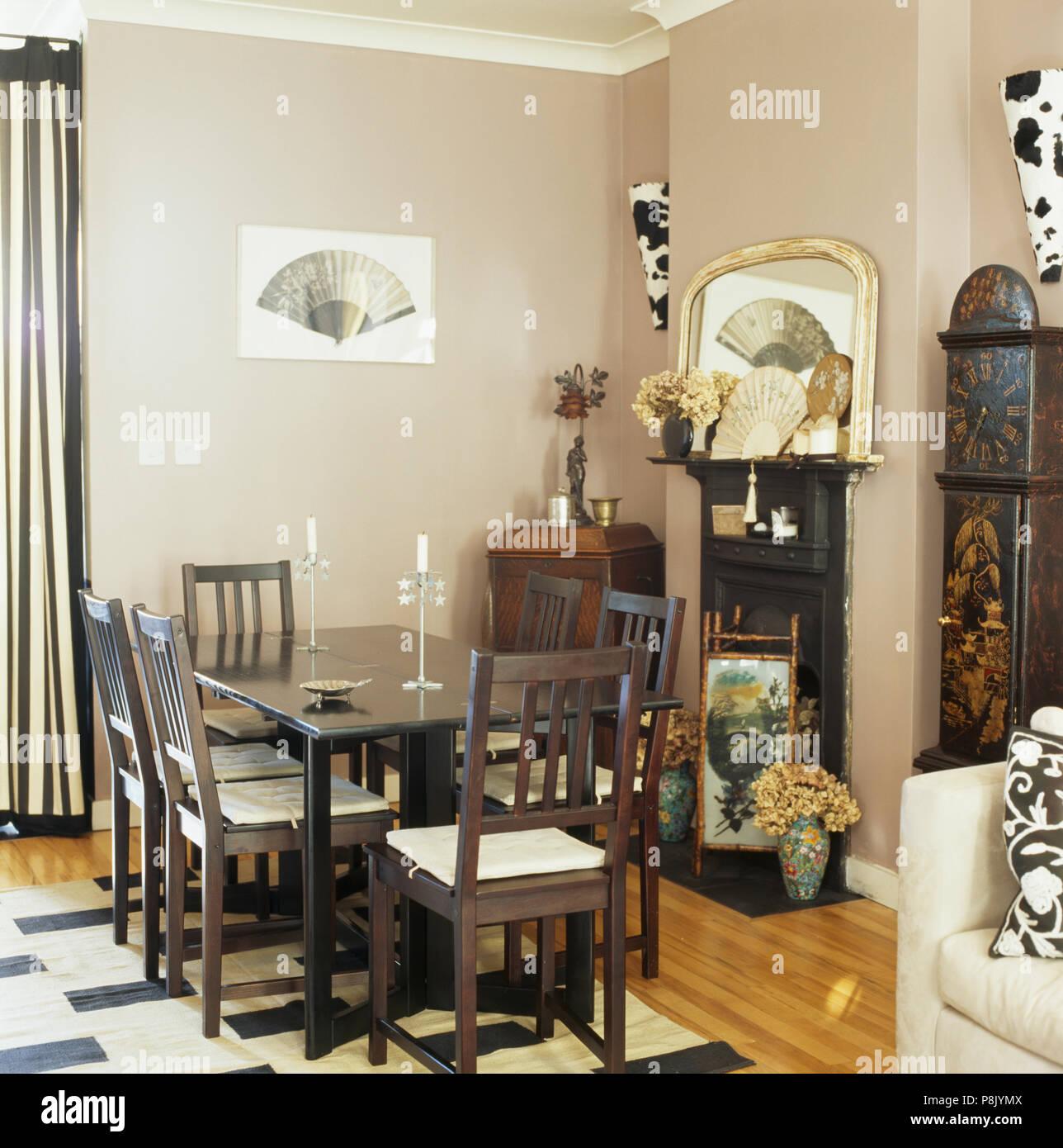 Chaises et brun foncé, gris pâle, table salle à manger avec cheminée ...