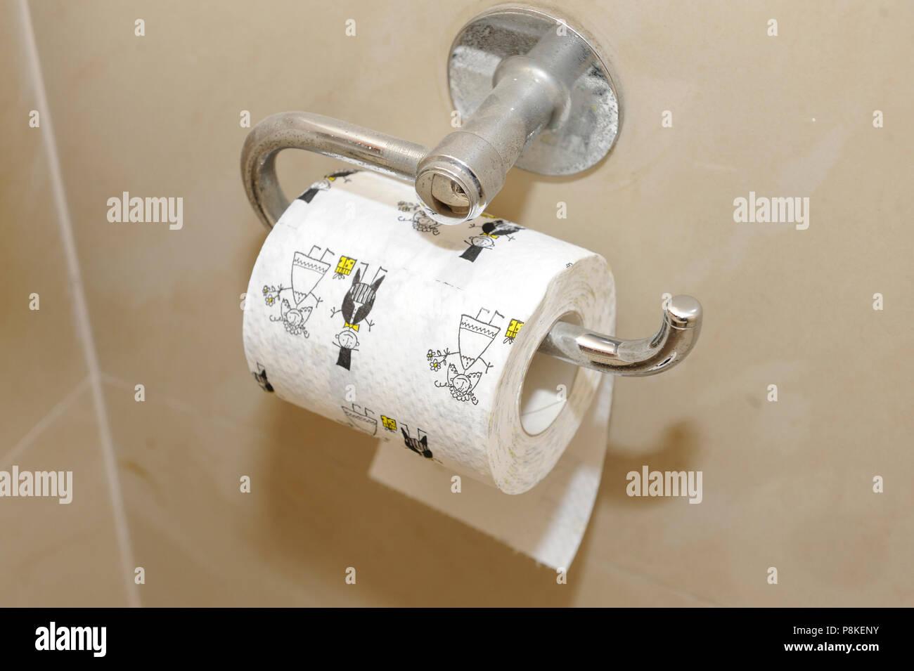Papier toilette juste marié. Accroché au mur d\'une salle de bains ...