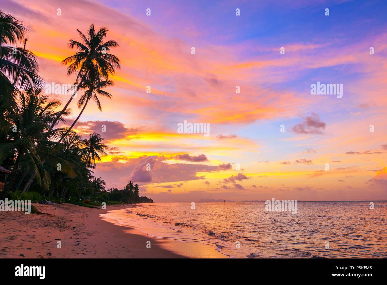 Magnifique coucher de soleil sur Bang Po beach. Koh Samui en Thaïlande. Photo Stock