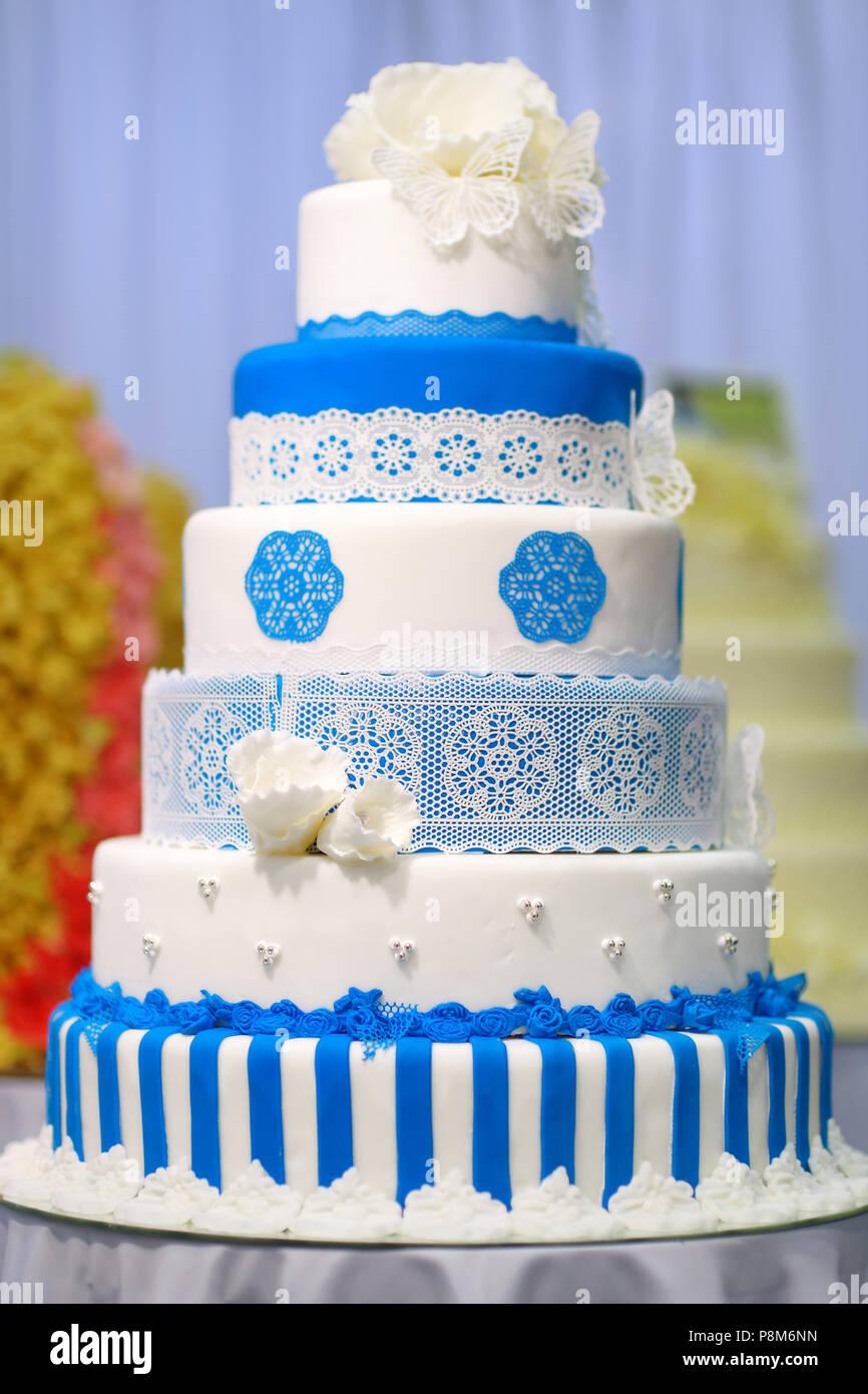 Grand Gateau De Mariage Decore Avec Des Fleurs Bleu Banque D