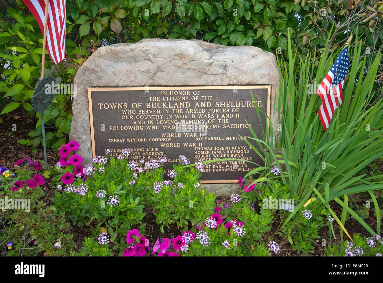 Pierre commémorative pour les soldats morts dans les guerres mondiales I et II, pont de fleurs, de Shelburne Falls, Comté de Franklin, Massachusetts, USA Banque D'Images