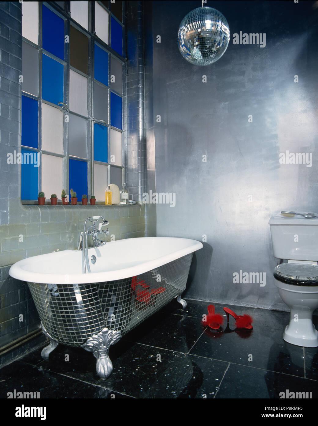 Grande salle de bains moderne inspiré disco avec fenêtre en verre de ...