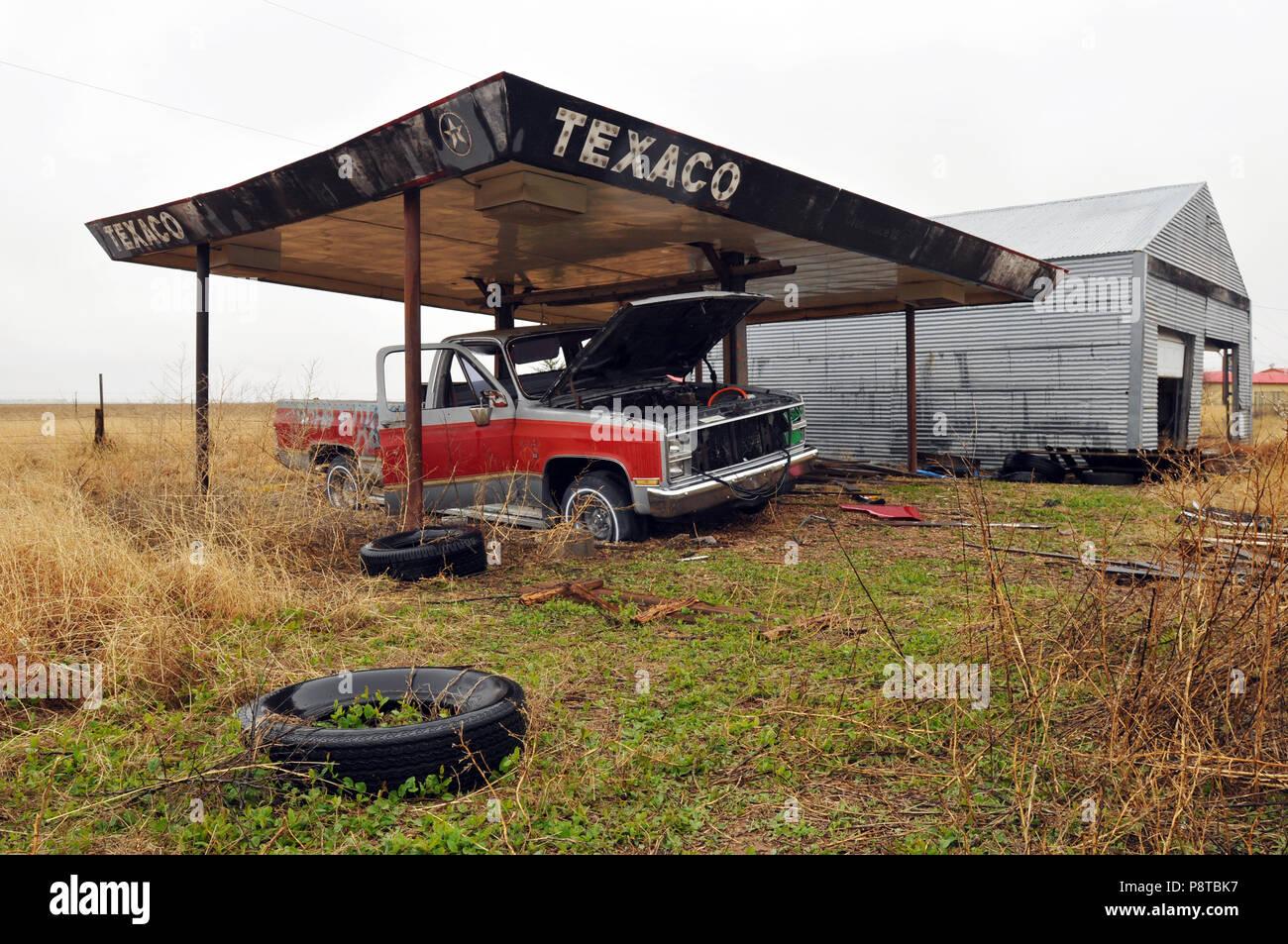 Une station d'essence Texaco abandonnée feuillage couvre un