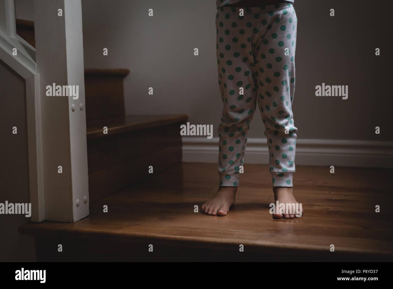 La partie inférieure de la Girl standing on stairs Photo Stock