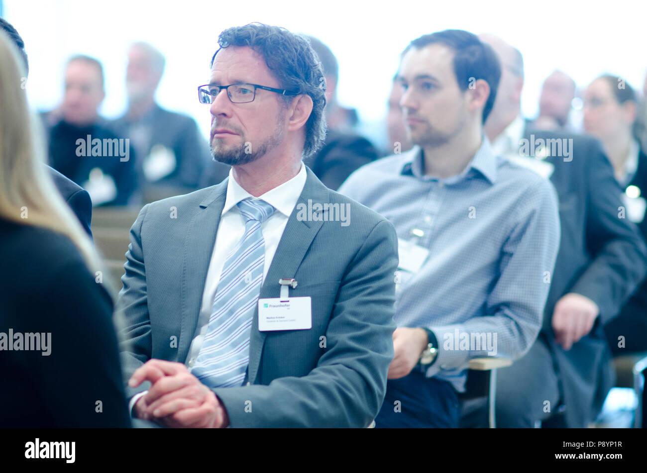 Hommes d'écouter lors d'un porte-parole du congrès d'affaires business conference Photo Stock