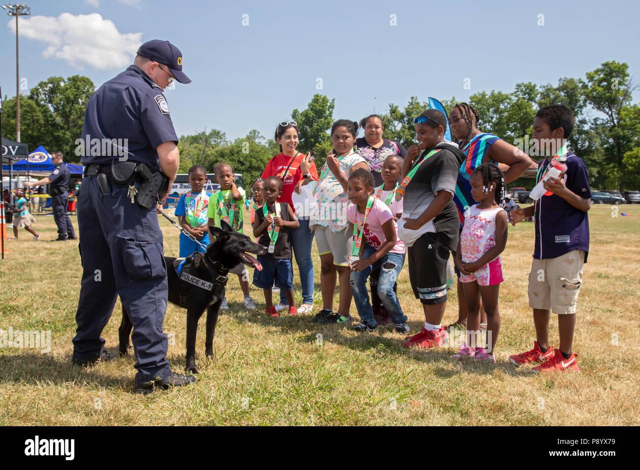 Detroit, Michigan - UN U.S. Customs and Border Protection officer montre son chien, Buddy, aux enfants à la Metro Detroit de la jeunesse. Buddy est formé pour det Photo Stock
