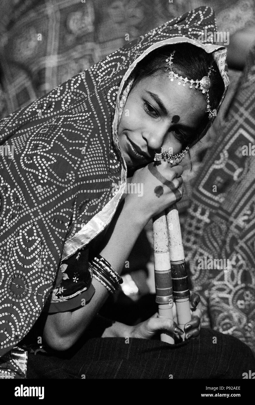 Portrait d'une jeune fille lors d'un traditionnel RAJASTHANI DANCE performance à l'CAMEL PUSHKAR FAIR - RAJASTHAN, INDE Banque D'Images