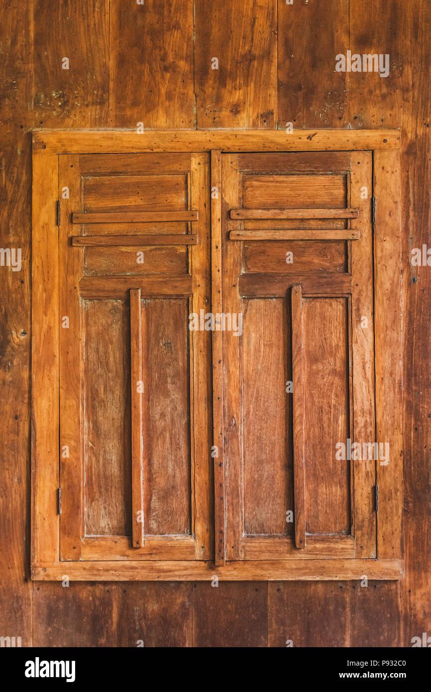 Fenêtre En Bois Avec Volets Fermés Banque Dimages Photo Stock