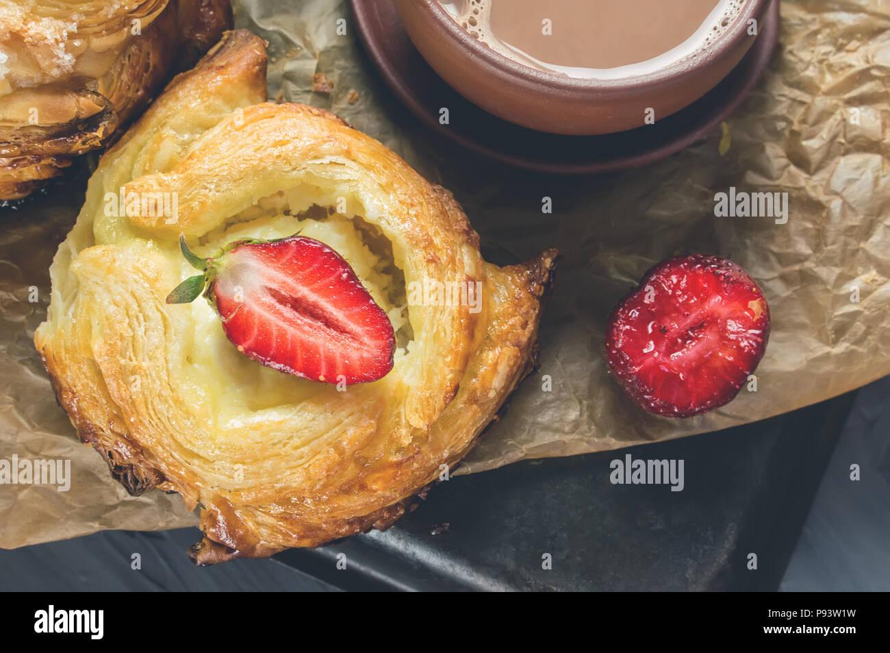 Rouleaux de pâte feuilletée et du fromage, de l'européen. Pains faits maison pour le thé. Photo Stock