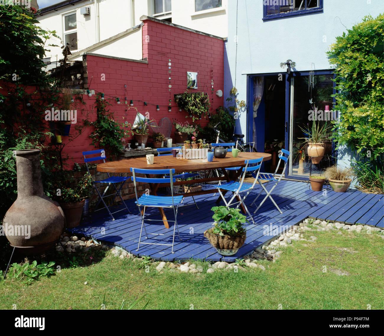 Table et chaises pliantes bleu sur bleu lame de terrasse en