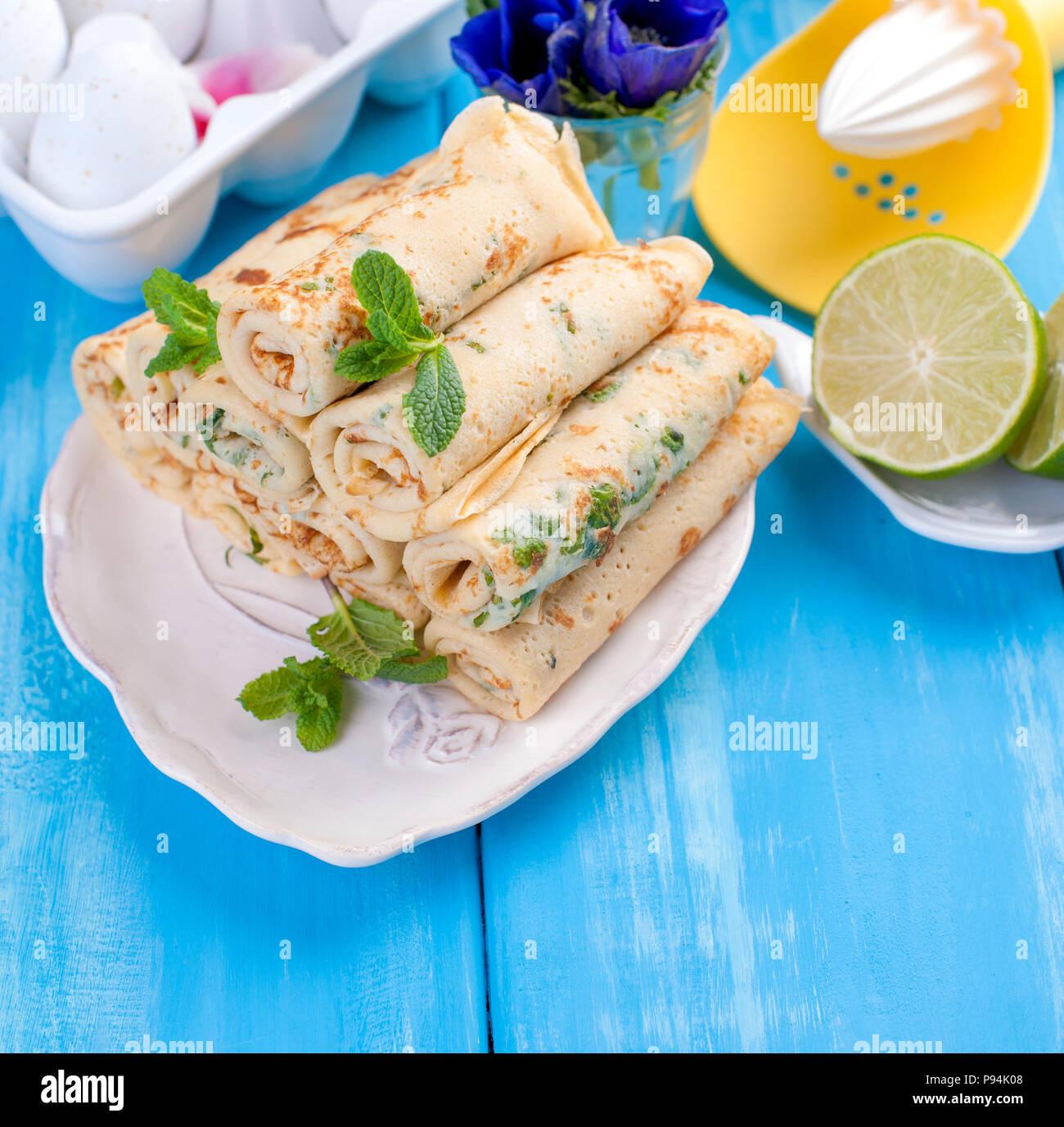 Crêpes maison à la Menthe et citron vert. Printemps russe traditionnel de pâtisseries. Délicieux petit déjeuner en famille. La cuisson pour le carnaval. Card Photo Stock