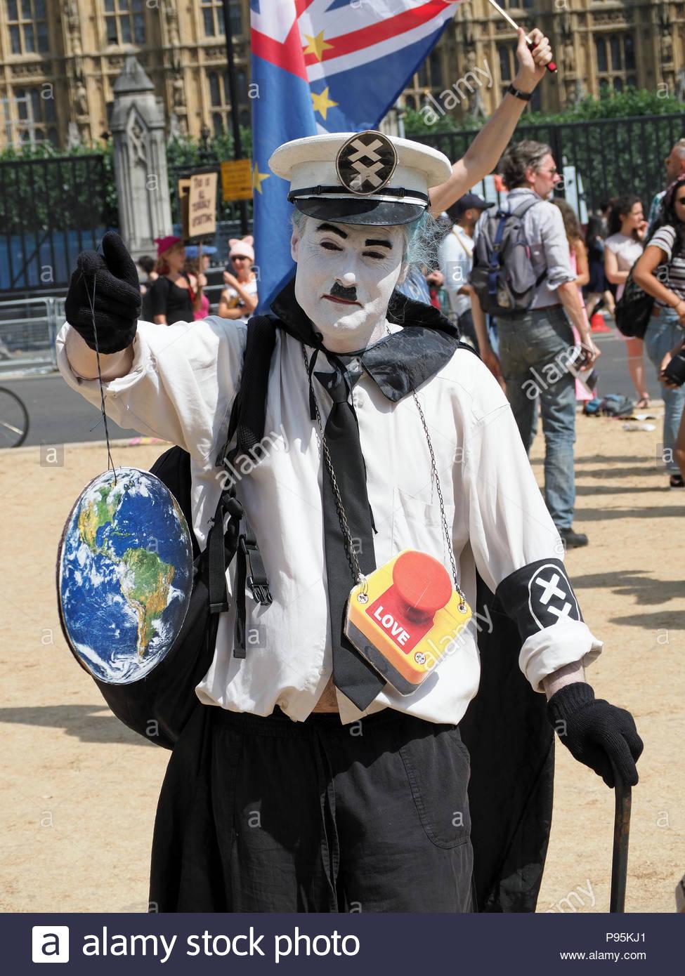 Vue d'un manifestant habillé comme Le Grand Dictateur Hynkel adénoïde à l'emporter sur Mars à Londres le 13 juillet 2018 Photo Stock