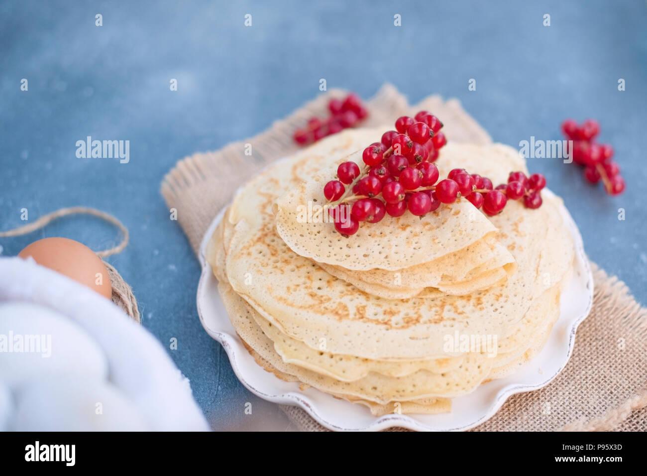 Sweet pancakes légers. russe traditionnelle au printemps. Traiter de fête. Un petit-déjeuner maison. Espace libre pour le texte ou une carte postale. Photo Stock
