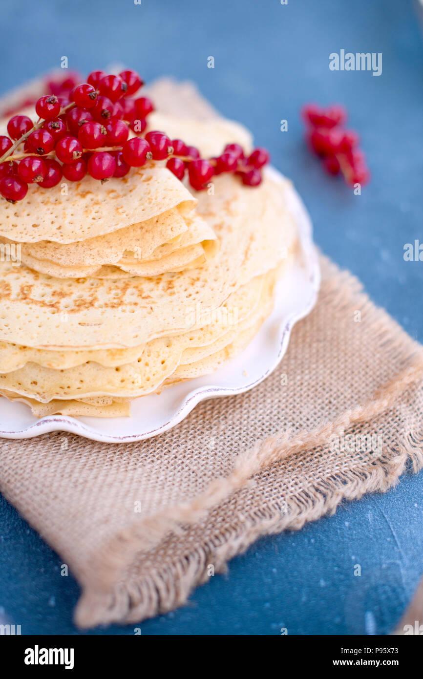 Sweet pancakes légers. russe traditionnelle au printemps. Traiter de fête. Un petit-déjeuner maison. Espace libre pour le texte ou une carte postale Photo Stock