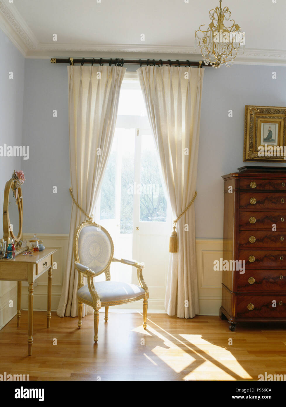 Rideaux crème à portes-fenêtres dans une chambre bleu pastel ...