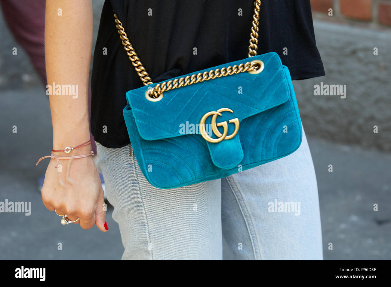 MILAN - le 18 juin   Woman with blue velvet sac gucci Fendi avant fashion  show, Milan Fashion Week street style, le 18 juin 2018 à Milan. 2a041b4cd38