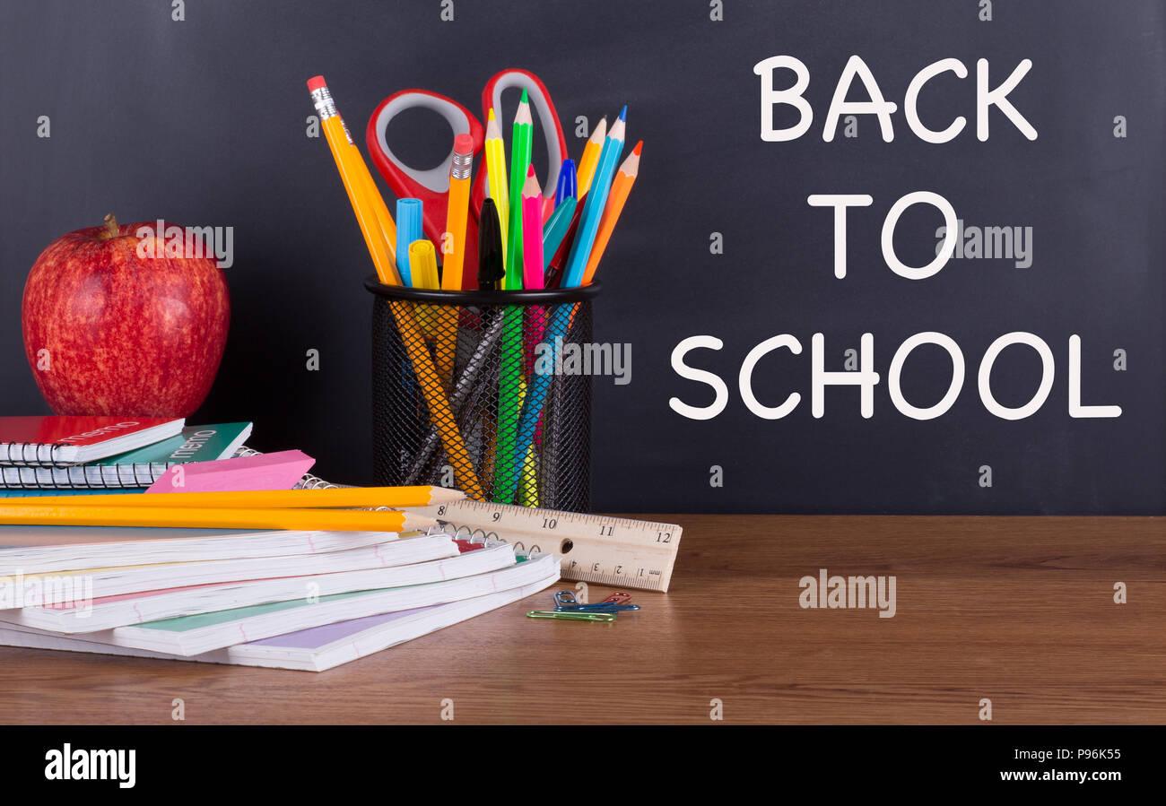 Retour à l école texte écrit sur un tableau noir avec des