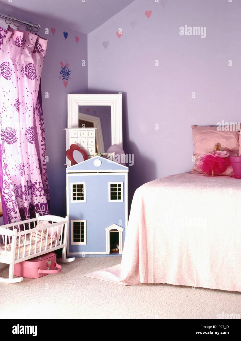 La Maison Des Poupées Bleu Et Mauve Et Des Rideaux Dans La Chambre Lilas  Enfant