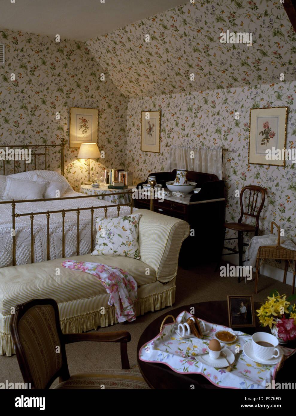 Papier Peint Chambre Mansardée papier peint à fleurs sur les murs et plafond de 80 ans une